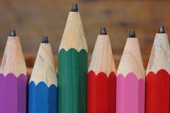 Hölzerne Bleistifte der Nahaufnahme auf Holztisch Lizenzfreie Stockfotografie