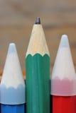 Hölzerne Bleistifte der Nahaufnahme auf Holztisch Stockfotos