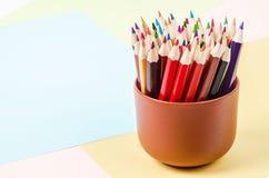 Hölzerne Bleistifte mit Farbpapier Stockfotografie