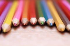 hölzerne Bleistifte sind auf dem Tisch Stockfoto
