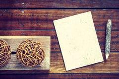 Hölzerne Bleistifte und Maulbeerpapier auf hölzernem Hintergrund mit Kopie Stockbild