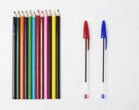 Hölzerne Bleistifte und Stift zwei auf weißem Hintergrund Stockfotos