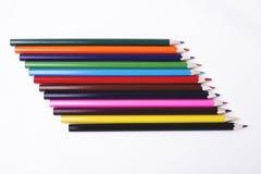 Hölzerne Bleistifte von verschiedenen Farben auf weißem Hintergrund Stockbild