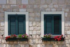 Hölzerne Blendenverschlüsse auf den Fenstern Stockbild