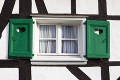 Hölzerne Blendenverschlüsse auf Half-Timbered Haus Stockfotos