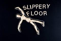 Hölzerne blinde Figürchen, legend auf den Boden mit dem Kreideentwurf Stockfotos