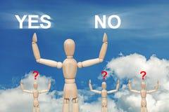 Hölzerne blinde Marionette auf Himmel mit Wörtern JA und NEIN Stockfotografie