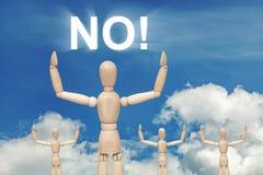 Hölzerne blinde Marionette auf Himmelhintergrund mit dem KEINEM Wort Stockbild