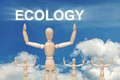 Hölzerne blinde Marionette auf Himmelhintergrund mit Wort ÖKOLOGIE Lizenzfreie Stockfotografie