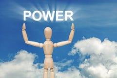 Hölzerne blinde Marionette auf Himmelhintergrund mit Wort ENERGIE Stockfotografie