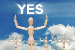 Hölzerne blinde Marionette auf Himmelhintergrund mit Wort JA Lizenzfreie Stockbilder