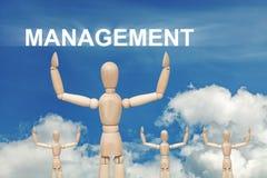 Hölzerne blinde Marionette auf Himmelhintergrund mit Wort MANAGEMENT Stockfotografie