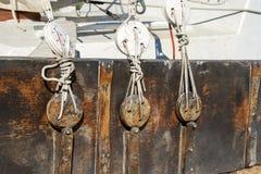 Hölzerne Blockers des Segelbootes Stockfotos