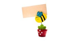Hölzerne Blume hält eine Anmerkung an lizenzfreie stockfotografie