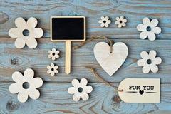 Hölzerne Blumen und Herz auf einem alten hölzernen Hintergrund mit danken für Sie Aufkleber und und schwarzem leerem Raumplan des Stockbilder