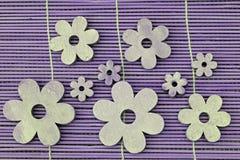 Hölzerne Blumendekoration auf einem Reedhintergrund Lizenzfreies Stockfoto