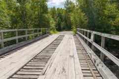 Hölzerne Bohlenbrücke Stockfotografie