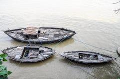 Hölzerne Boote auf dem Ganges in Varanasi, Indien Stockbilder