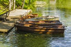 Hölzerne Boote auf dem Pier stockfotos