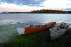Hölzerne Boote auf dem See Stockbild