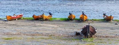 Hölzerne Boote auf der Flussbank, Finnmark, Norwegen Lizenzfreie Stockfotografie
