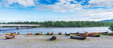 Hölzerne Boote auf der Flussbank, Finnmark, Norwegen Stockbilder