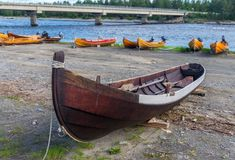 Hölzerne Boote auf der Flussbank, Finnmark, Norwegen Stockfotografie