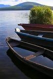 Hölzerne Boote auf Gebirgssee Stockfotografie