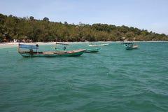 Hölzerne Boote im ursprünglichen Türkis wässern nahe Tropeninsel Stockbilder