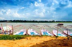 Hölzerne Boote im Wasser mit bewölktem Himmel Lizenzfreie Stockfotografie