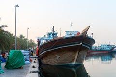 Hölzerne Bootsladung der traditionellen arabischen Dhows Lizenzfreie Stockfotos