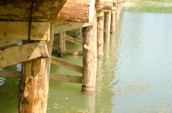 Hölzerne Brücke über dem Fluss Stockbilder