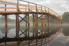 Hölzerne Brücke über dem Fluss Stockfotos