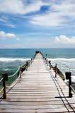 Hölzerne Brücke über dem Indischen Ozean Lizenzfreies Stockbild