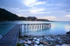Hölzerne Brücke über dem Meer Stockfoto