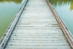 Hölzerne Brücke über einem Teich Lizenzfreie Stockfotos