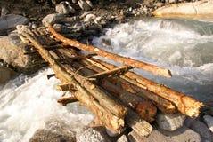 Hölzerne Brücke über Fluss Stockbilder