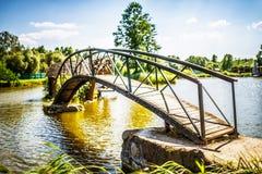 Hölzerne Brücke über Fluss Lizenzfreies Stockfoto