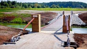 Hölzerne Brücke über Teich Lizenzfreie Stockbilder