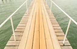 Hölzerne Brücke auf dem Meer Stockfoto
