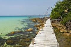 Hölzerne Brücke auf der Küste von Kood Insel Stockbild