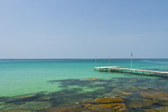 Hölzerne Brücke auf der Küste von Kood Insel Lizenzfreie Stockfotografie