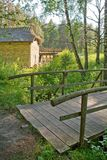 Hölzerne Brücke durch watermill Lizenzfreie Stockfotos