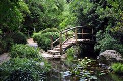 Hölzerne Brücke in einem Garten Stockfotos