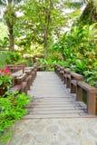 Hölzerne Brücke im Garten Stockbild