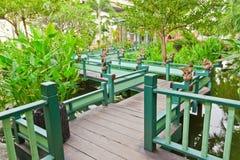 Hölzerne Brücke im Garten Lizenzfreie Stockfotografie