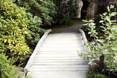 Hölzerne Brücke im japanischen Garten stockfotografie