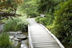 Hölzerne Brücke im japanischen Garten stockbild