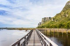 Hölzerne Brücke im Lotossee an khao Sam-ROI yod Nationalpark Stockbilder
