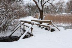 Hölzerne Brücke im Park Lizenzfreies Stockfoto